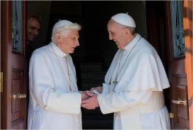 Francisco dá boas-vindas a Bento XVI na residência Mater Ecclesiae, no Vaticano