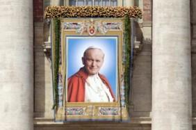 Imagem de João Paulo II exposta no dia da beatificação