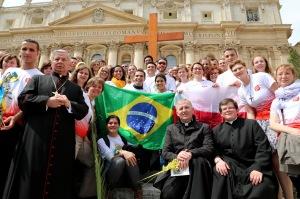 Poloneses recebem dos brasileiros os Símbolos da JMJ, em Roma